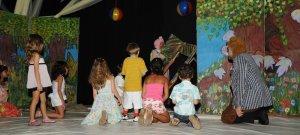 Crianças ajudam o lobo a soprar casas