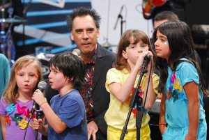 Arnaldo Antunes e as crianças - Foto: Divulgação